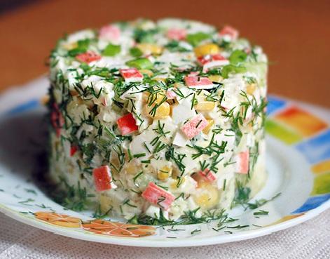 салат с крабовыми палочками и яблоком кукурузой