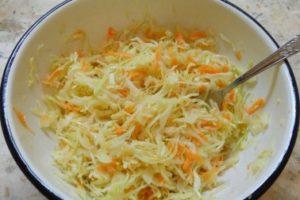 Салат с капустой и морковью с сахаром и уксусом